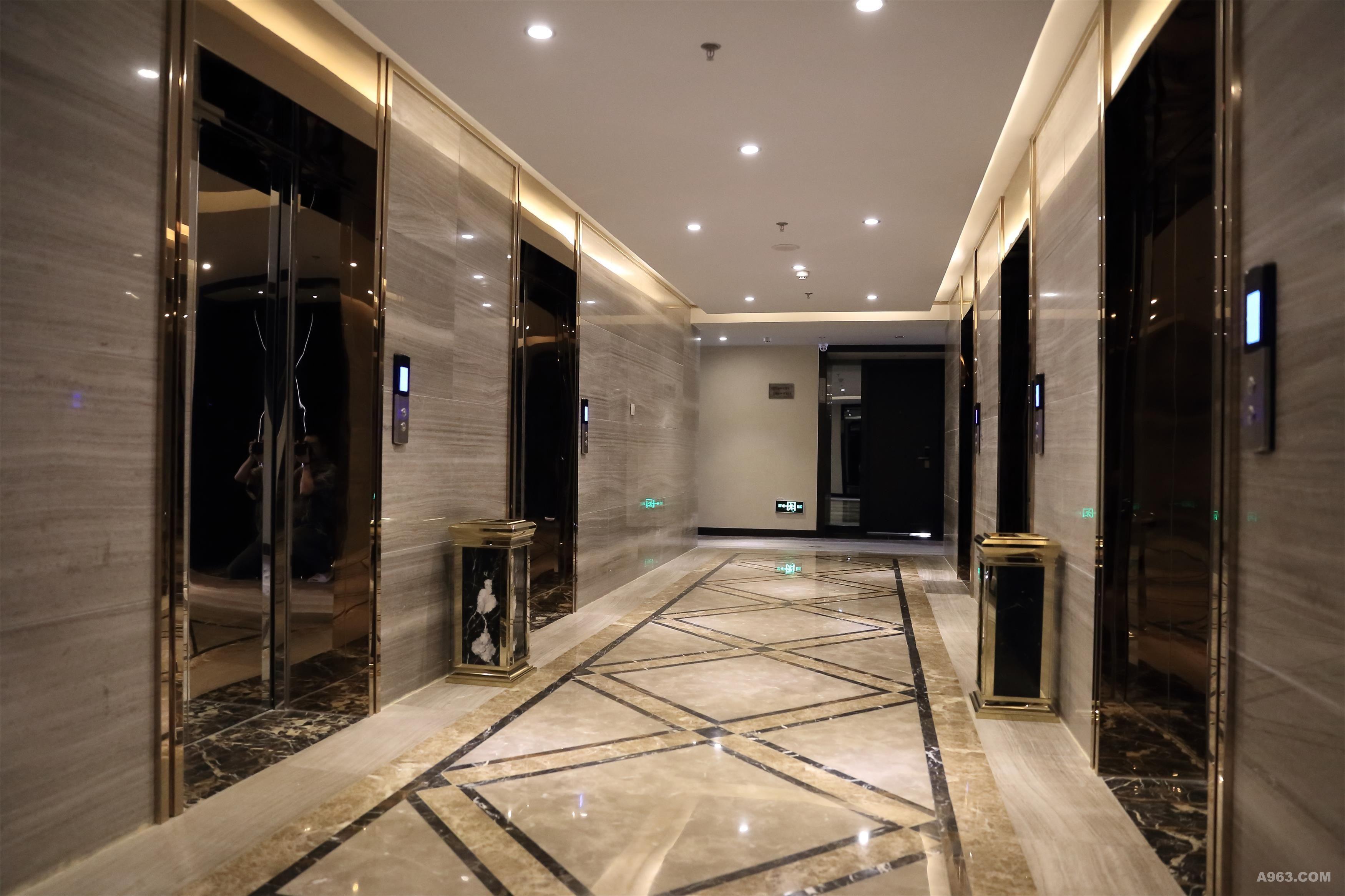 酒店大堂背景采用全新的设计材料---装饰金属网配合氟碳喷涂相结合,将